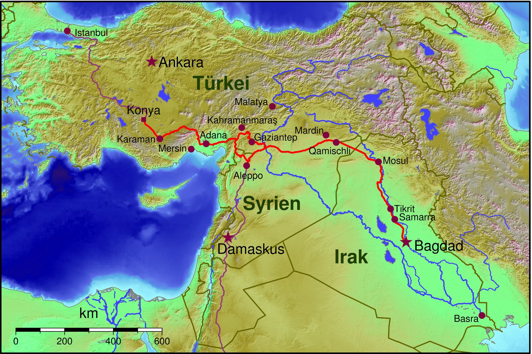 Kartan visar - från tiden före första världskriget - den tyskt normalspåriga järnvägen Berlin - Bagdad på sin sträcka Istanbul - Konja - Aleppo - Mosul - Bagdad. Turkiets nuvarande huvudstad Ankara inkluderades inte eftersom Konja före Kemal Atatürk var mera betydande. Vi ser den fullvärdiga avstickaren till Aleppo. Som ett kuriosum, vilket demonstrerar stormakternas intressen i området, kan nämnas att engelsmännen samtidigt anlade en järnväg från Basra vid Persiska viken och upp till Bagdad - av strategiska motsatsskäl smalspårig. https://de.wikipedia.org/wiki/Bagdadbahn 2016-10-02