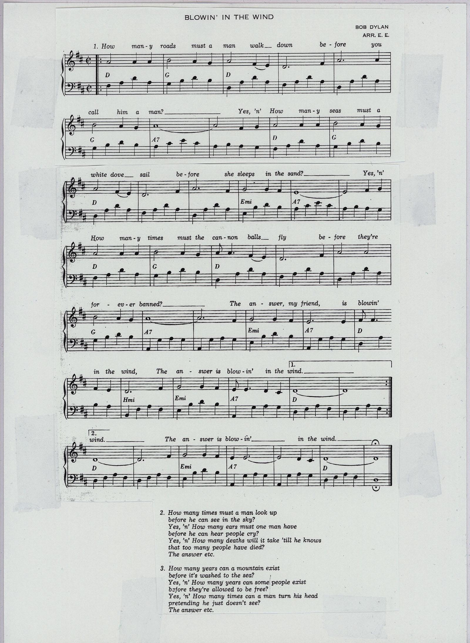 """Engström: Vi gör musik (1970) ger i sin stora ringpärmsvolym ett skelett för amatörarrangemang av """"Blowin' in the wind"""". Sången kan instrumentdubbleras samt förses med en andrastämma delvis i terser. De anförda ackorden ger kött åt andra instrument. Basens jämna fjärdedelar kan anförtros en bastuba."""