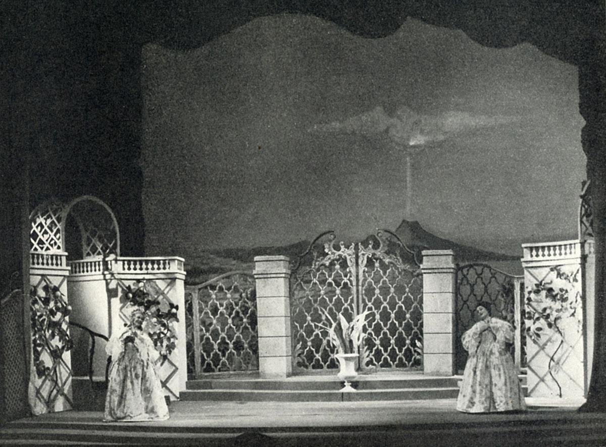 """Scenbild av Sven-Erik Skawonius visande 1700-talets spelplats, en trädgård i Napoli med den hotfulla vulkanen Vesuvio i bakgrunden. """"Om ni fortsätter så där med libertinskt leverne blir det ett utbrott"""", säger Vesuvio."""