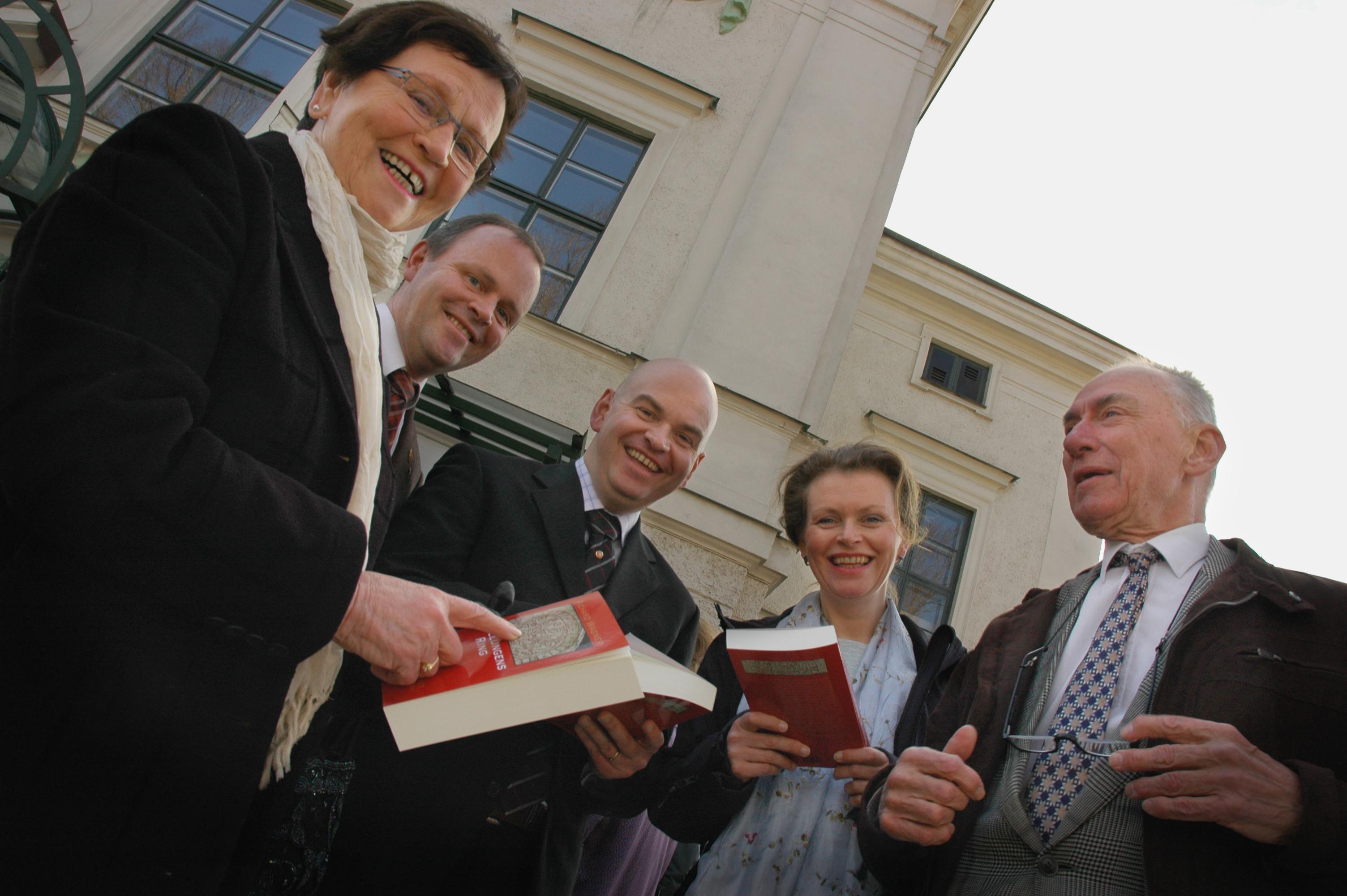 Wagneröversättaren Sven Lenninger till höger. Från Leirvik på Stord (Norge) har samlats familjen Sæter inte minst för att hylla framlidne fadern Tryggve Sæter, prominent wagnerian. Foto: Astrid Haugland