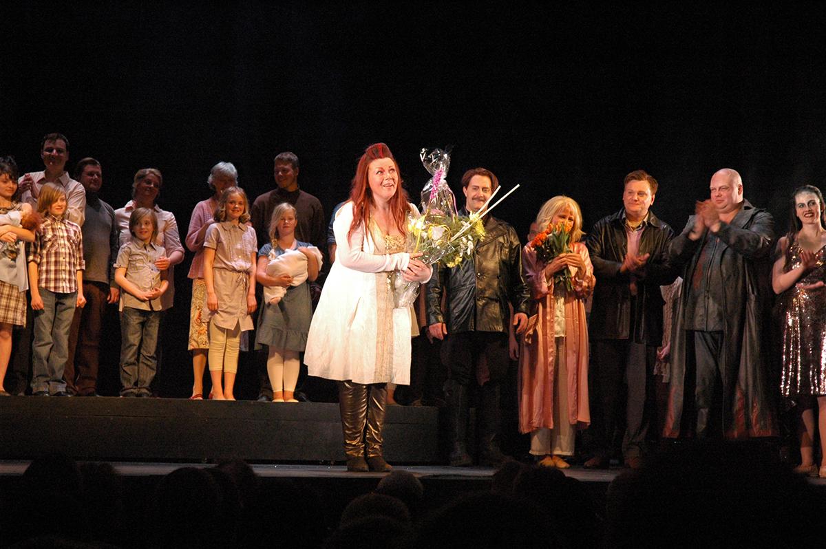 Karlstadscenens storartade Brünnhilde , AnnLouice Lögdlund, tackar för bifallet klockan 22:31 den 24 april 2011. Foto: Astrid Haugland