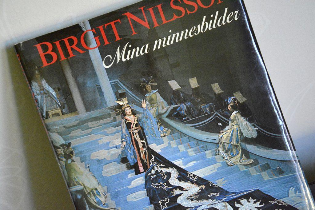 """Birgit Nilsson i sin paradroll som Turandot på omslaget till sin bok """"Mina minnesbilder"""". Foto: Astrid Haugland"""