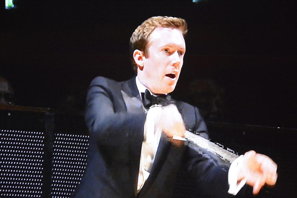 Foto: Daniel Harding dirigerar här en av världens bästa orkestrar, Wiener Philharmoniker, från Salzburger Festspiele 2012. Blurayskivan (BD) Strauss Ariadne Version Bechtolf löpande på teveskärmen.