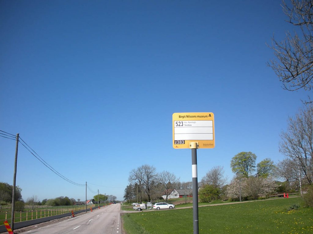 """Busshållplats """"Birgit Nilssons"""" museum. Du har kommit någon enstaka meter för långt."""